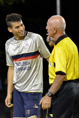 Un giocatore del Casablanca a colloquio con l'arbitro