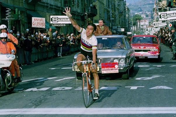 Merckx, in maglia iridata, vince la sua quinta Milano-Sanremo. Arriverà a sette successi, battendo il record di Girardengo