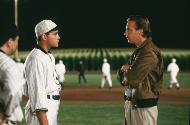 Ray Liotta, a sinistra, e Kevin Costner in una scena tratta da «Shoeless Joe»