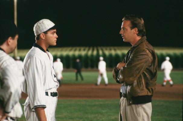 Ray Liotta, a sinistra, e Kevin Costner in una scena tratta da «Shoeless Joe»
